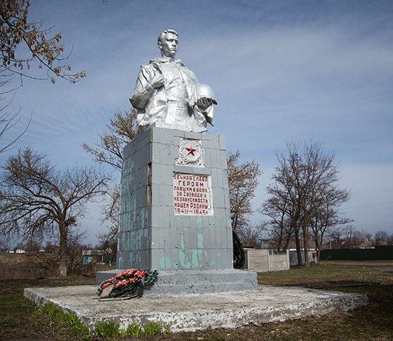пгт. Иванков. Памятник по улице Центральной, установленный на братской могиле воинов-моряков, погибших в сентябре 1941 году.