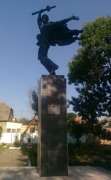 г. Вилково Килийского р-на. Памятник, установленный в 1957 году на братской могиле, в которой похоронено 8 моряков-десантников 384-го батальона, погибших при освобождении города.