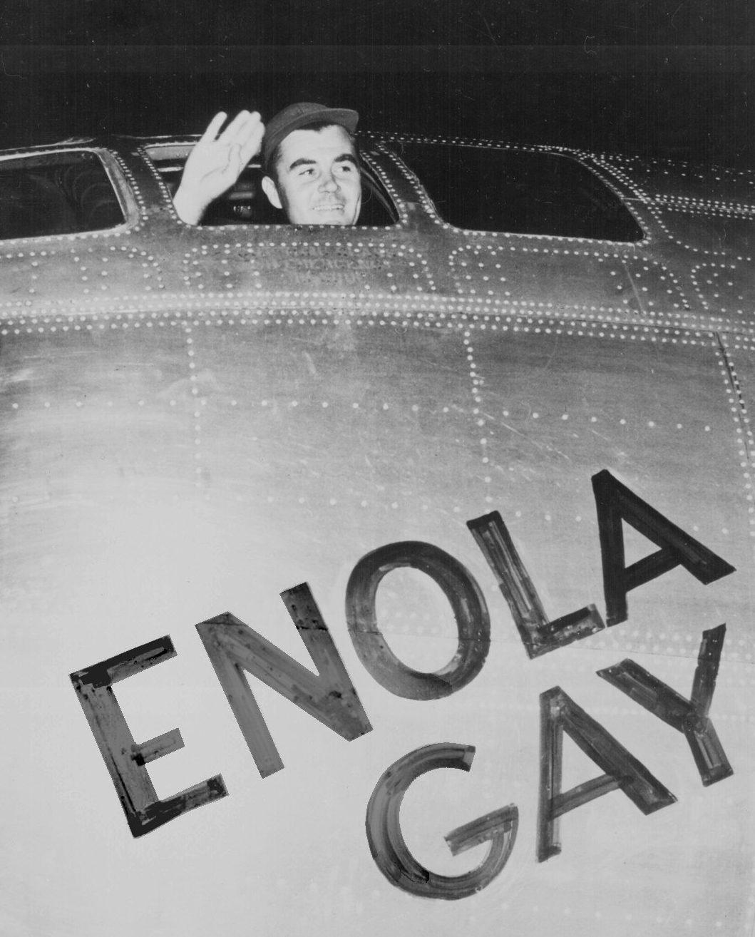 Пол Тиббетс машет рукой из кабины перед полётом на бомбардировку Хиросимы. 6 августа 1945 г.
