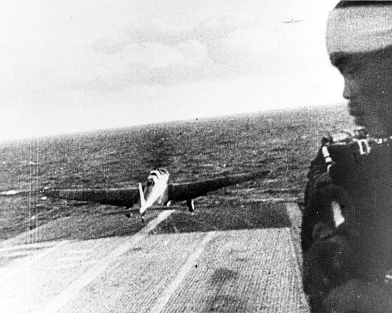Взлет японского самолета с авианосца Шокау. 7 декабря 1941 г.