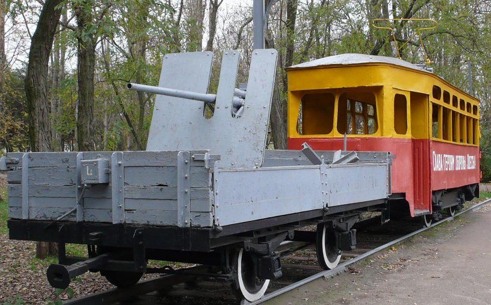 Трамвай с орудийной платформой.
