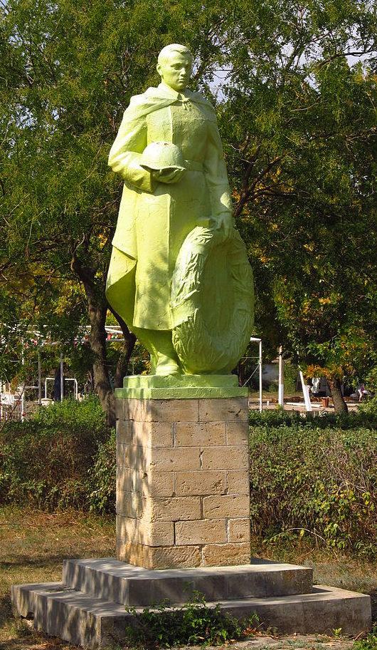 с. Новая Ивановка Арцизского р-на. Памятник в центре села воинам освободителям, был установлен в 1960 году.