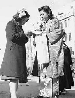 Женщины на улице шьют сеннибари.