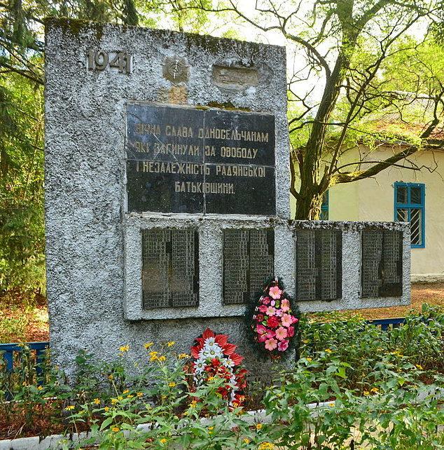 с. Зорин Иванковского р-на. Памятник в центре села, установленный в 1943 году на братской могиле советских воинов.