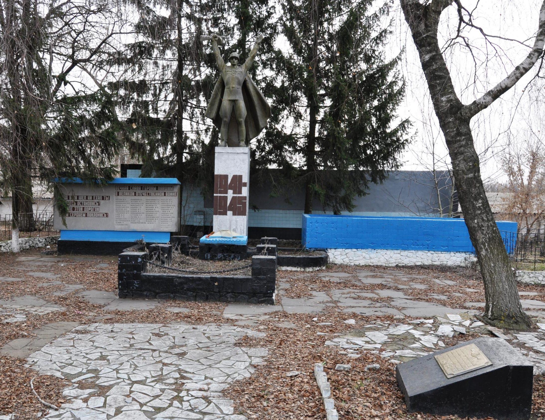 с. Садовое Барышевского р-на. Памятник, установлен на братской могиле, в которой похоронено 300 воинов, в т.ч. 293 неизвестных, погибших в голы войны.