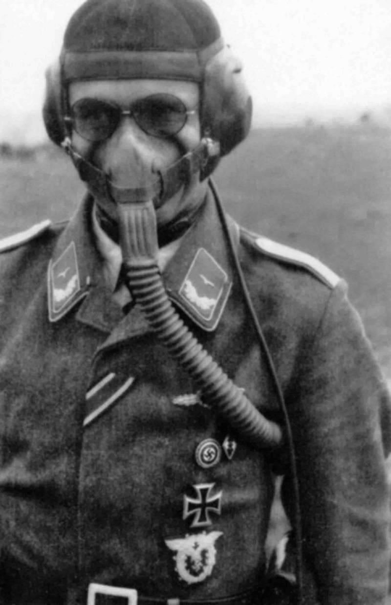Немецкий солдат в противогазе образца 1941 г.
