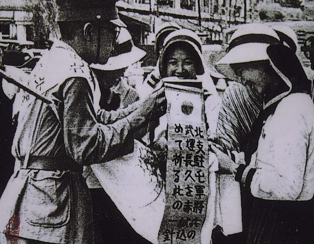 Вручение сеннинбари воину.