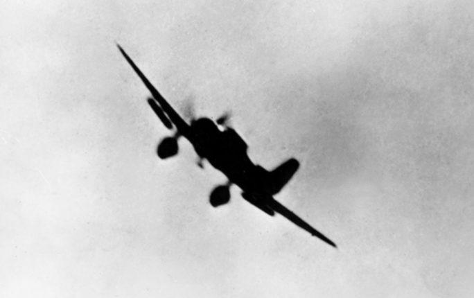 Японский бомбардировщик атакует Перл-Харбор. 7 декабря 1941 г.