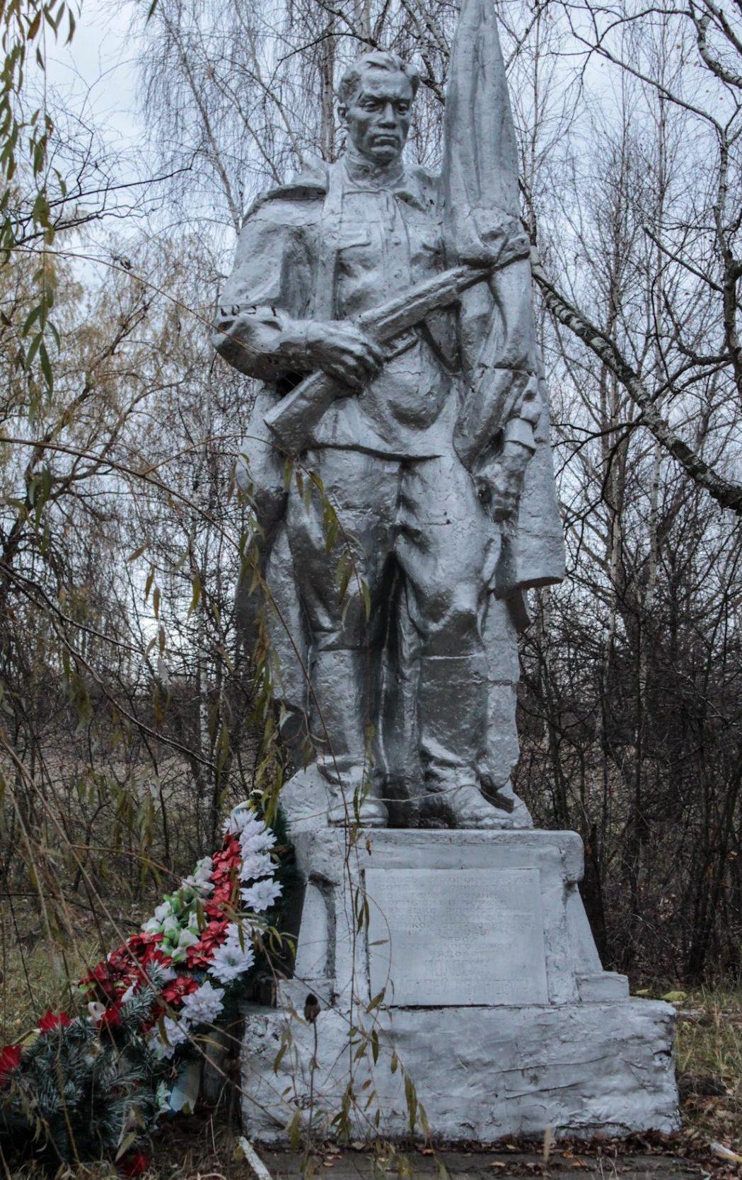 с. Медвин Иванковского р-на. Памятник, установленный на братской могиле, в которой захоронены 376 воинов, погибших в годы войны.