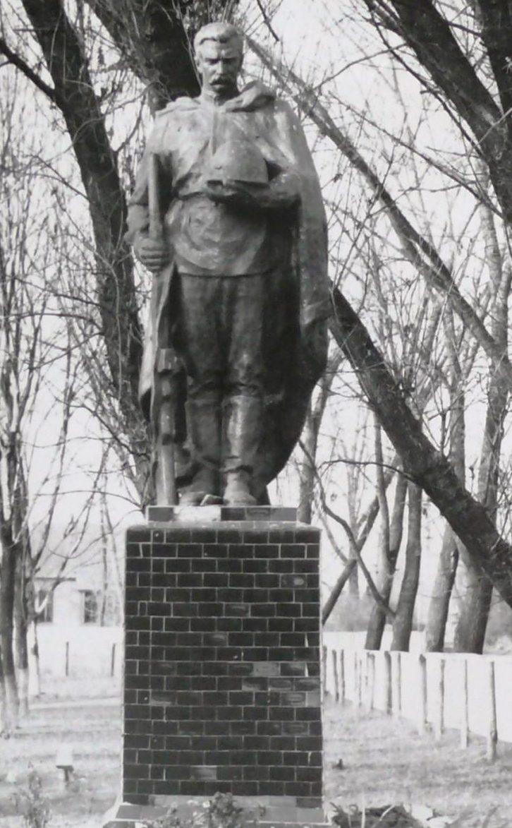 с. Селичевка Барышевского р-на. Памятник на братской могиле.