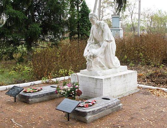 с. Богдановка Яготинского р-на. Памятник в центре села воинам освободителям, установленный в 1969 году. Здесь же находятся могилы дважды Героя Советского Союза Бондаренко М.З. и его отца.