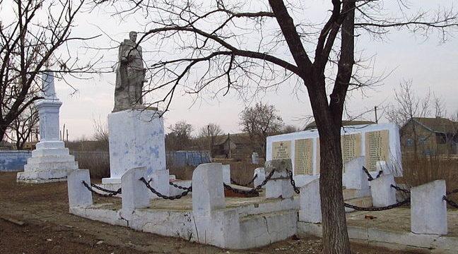 с. Островное Арцизского р-на. Памятник воинам-односельчанам, погибшим в годы войны, был установлен в 1975 году.