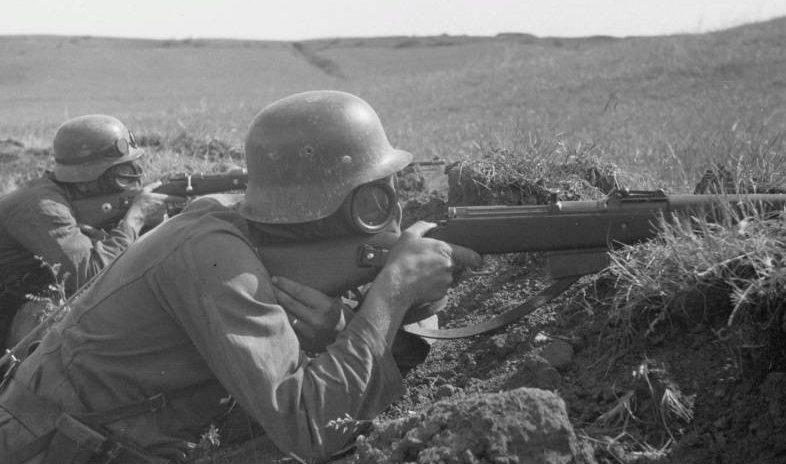 Солдаты 167-й пехотной дивизии Вермахта в противогазах во время учебных стрельбы в Белгородской области. 1943 г.