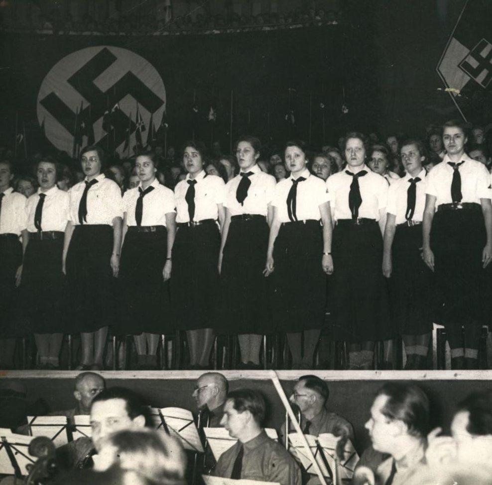 Хор девушек из BDM на съезде нацистов. Февраль, 1935 г.