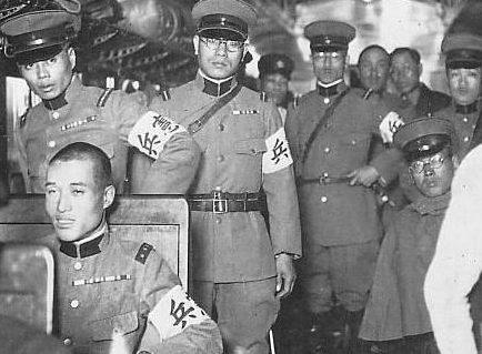Военнослужащие Кэмпэйтай с повязками на рукавах.