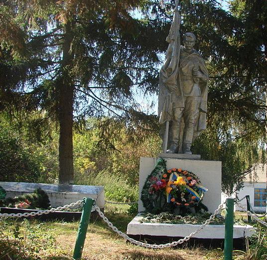 с. Македоны Мироновского р-на. Памятник в центре сел, установленный в 1967 году погибшим односельчанам в годы войны.