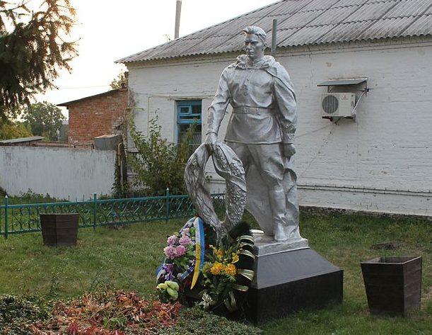 с. Переяславское Переяслав-Хмельницкого р-на. Памятник у привокзальной площади, установлен в 1945 году на братской могиле воинов, погибших в годы войны.