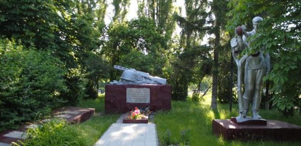 с. Селище Барышевского р-на. Памятник односельчанам-воинам, погибшим на полях войны.