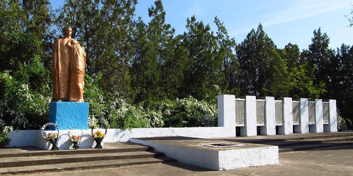 с. Павловка Арцизского р-на. Памятник, установленный в 1975 году 125 воинам-односельчанам, погибшим в годы войны.