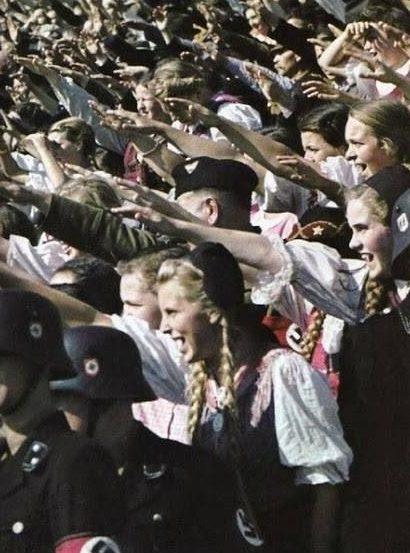 Девушки из BDM приветствуют Гитлера на стадионе. Берлин, 1935 г.