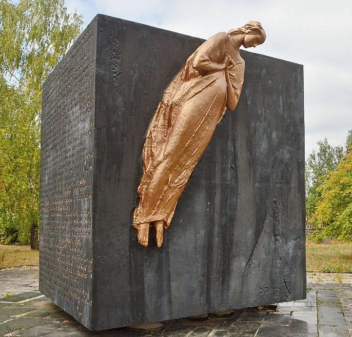 с. Олизаровка Иванковского р-на. Памятник у сельского совета, установленный в 1975 году воинам-односельчанам, погибшим в годы войны.