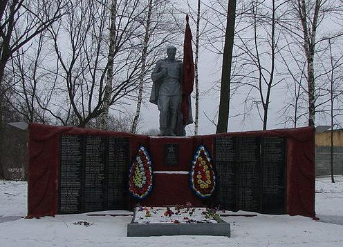 с. Остролучье Барышевского р-на. Памятник, установленный в 1962 году на братской могиле воинов, погибших в годы войны.