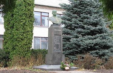 с. Богдановка Яготинского р-на. Бюст дважды Герою Советского Союза Бондаренко М.З. установлен в 1949 году возле школы.