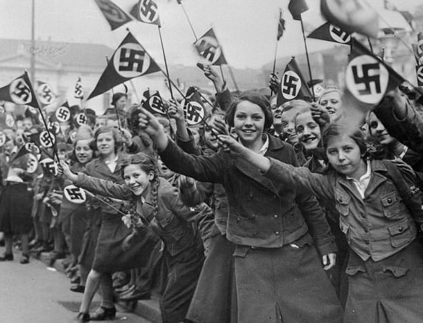Девушки из BDM встречают Гитлера. 1930 г.