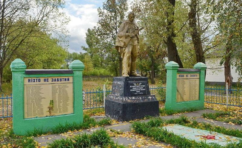 с. Оранэ Иванковского р-на. Памятник у сельского совета, установленный в 1960 году воинам-односельчанам, погибшим в годы войны.