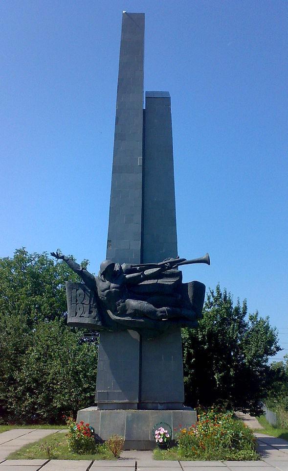пгт. Мироновка. Монумент Славы, установленный в парке в 1983 году на братской могиле воинов, погибших в годы войны при освобождении города.