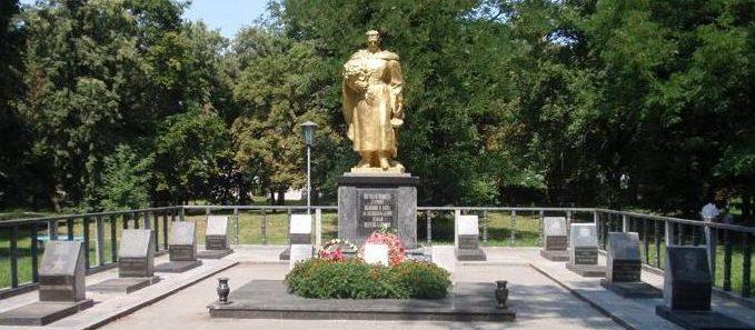 г. Переяслав-Хмельницкий. Памятник на братских могилах. Здесь же находятся и могилы Героев Советского Союза.