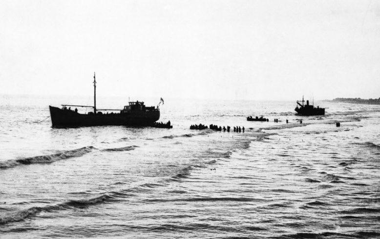 Погрузка британских войск на катера.