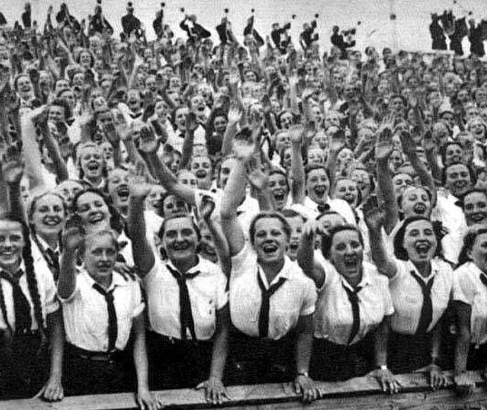 Приветствие Гитлера на стадионе.