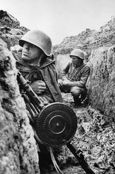 Советские воины в окопах готовятся к атаке. Ленинградский фронт. Сентябрь 1941 г.