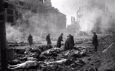 Трупы на улицах города. 15 февраля 1945 г.