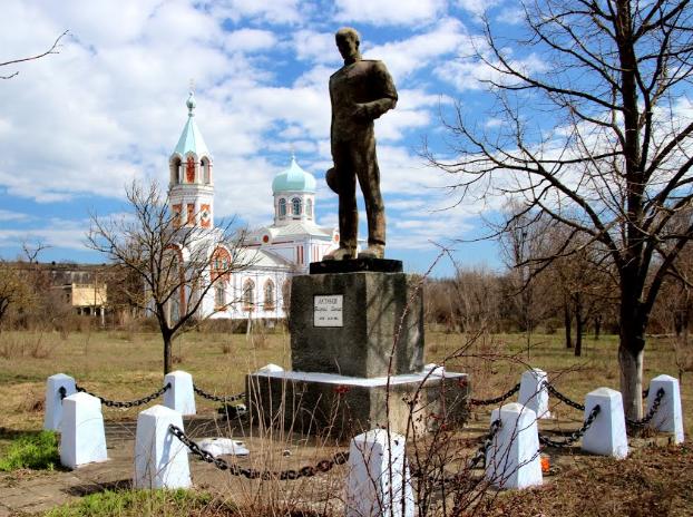 с. Холмское Арцизского р-на. Памятник, погибшим односельчанам в годы войны.