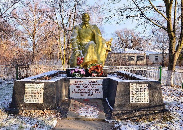 с. Приборск Иванковского р-на. Памятник в центре села, установлен в 1949 году на братской могиле воинов, погибших в годы войны.