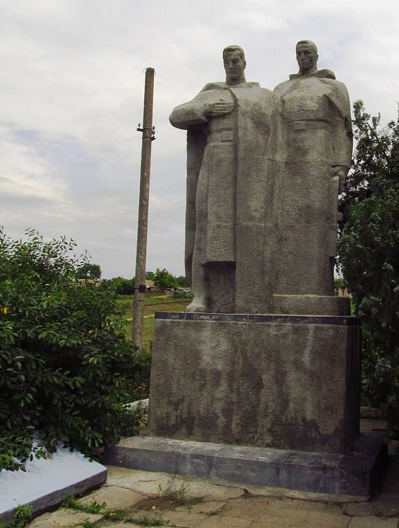 с. Приозерное Килийского р-на. Памятник в центре села, установленный в 1969 году 103 воинам-односельчанам, погибшим в годы войны.
