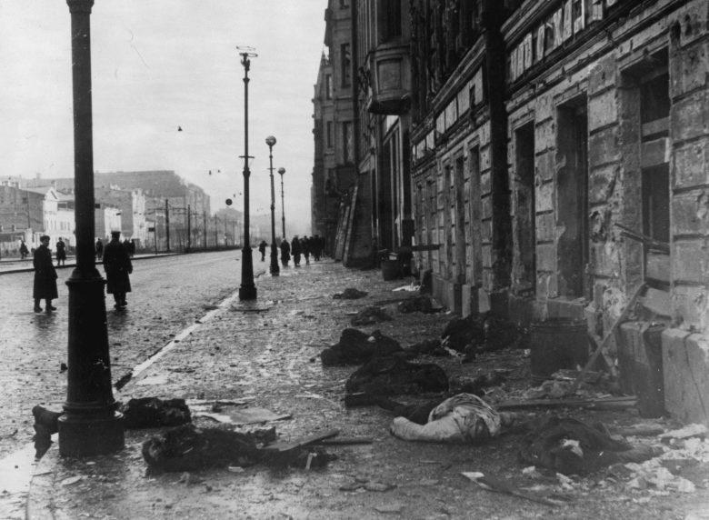 Жертвы артобстрела на углу проспекта 25-го Октября. Сентябрь 1941 г.