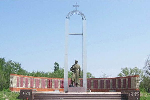 Памятник и стелы с именами погибших.