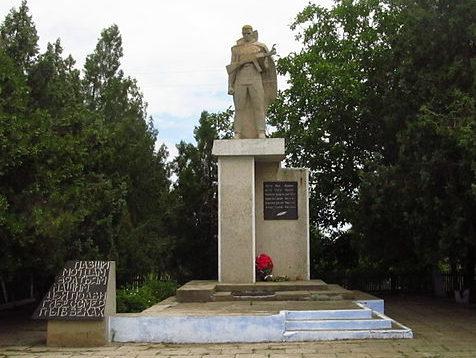 с. Старые Трояны Килийского р-на. Памятник в центре села, установленный в 1975 году 12 воинам-односельчанам, погибшим в годы войны.