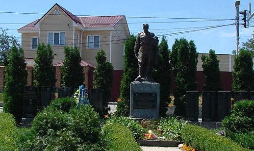 с. Петропавловская Борщаговка Киево-Святошинского р-на. Памятник, установленный в 1956 году на братской могиле воинам, погибшим в годы войны.