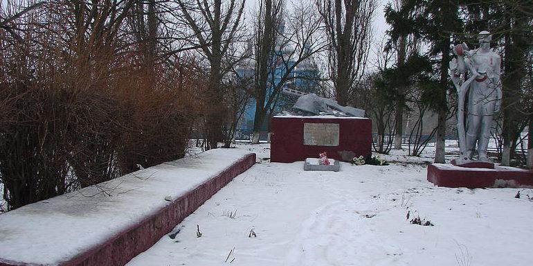с. Селище Барышевского р-на. Памятник, установленный в 1973 году, на братской могиле воинов, погибших в годы войны. Здесь же расположен памятный знак воинам-односельчанам, невернувшихся с войны.