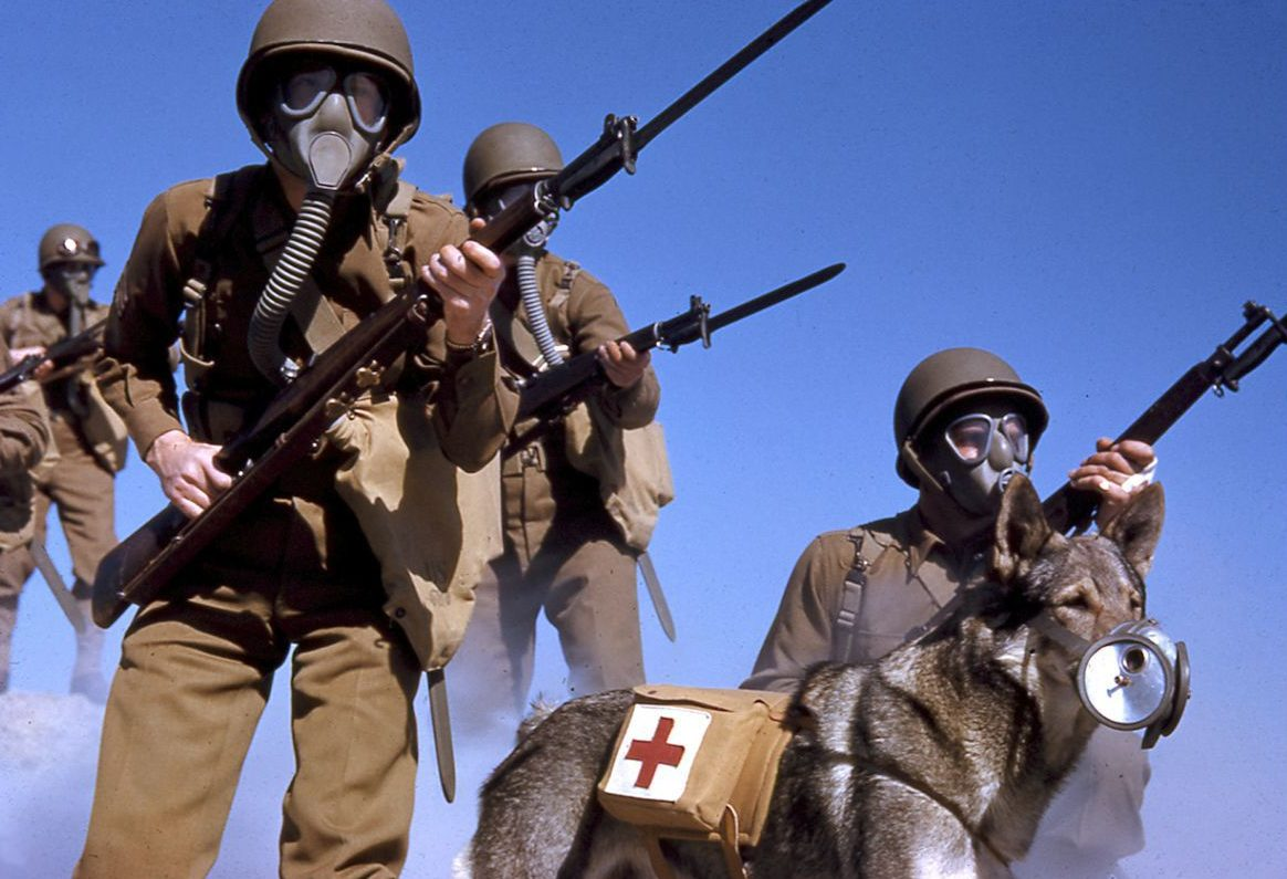 Американские солдаты во время учений в Калифорнии. 1943 г.