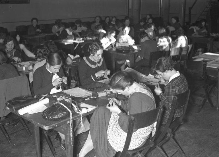 Занятия по шитью на курсах BDM. 1933 г.
