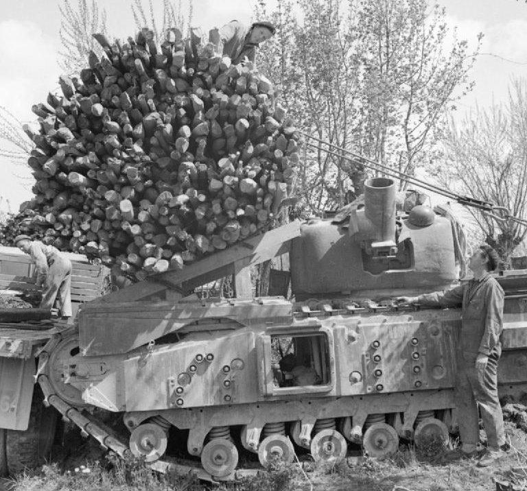 Фашина загружается на «Churchill» с грузовика у реки Сенио. 8 апреля 1945 г.