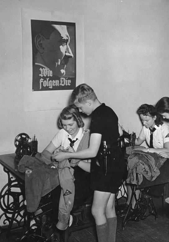 Обучение работы на швейных машинках. Берлин. 29.7.1942 г.