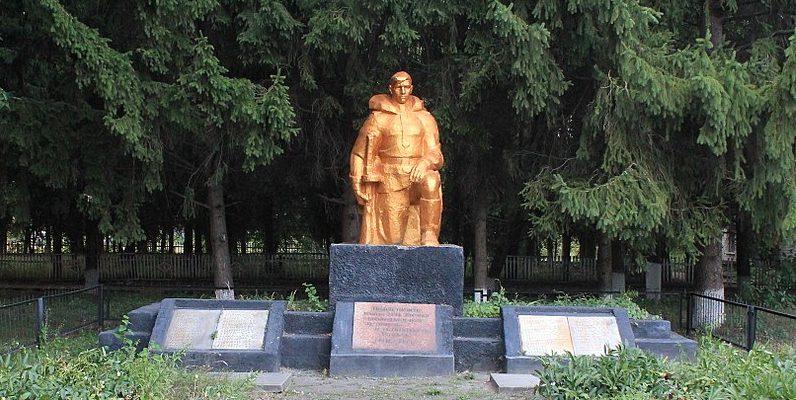 с. Жоравка Яготинского р-на. Памятник, установлен на братской могиле советских воинов, погибших в годы войны.
