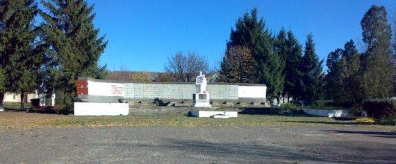 с. Алексеевка Кодымского р-на. Мемориал в центре села, погибшим воинам в годы войны.