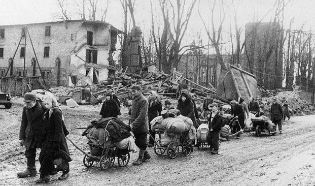 Население Кенигсберга уходит из города. Зима 1945 г.